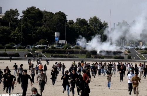 Protestors flee riot police in Isfahan. Protests have continued unabated in Iran today and the police have continued their brutal crackdown on the protests.